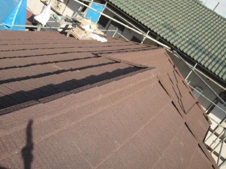 雨漏りが発生し、今後のことを考え、軽い屋根材にしたかったとのご相談をいただきました。 川口市 葺き替え