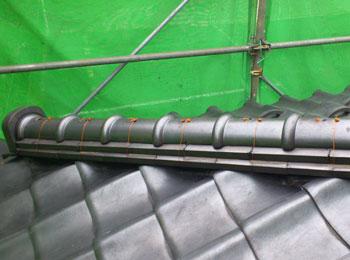 芯材を金具に固定し、ステンレスビスで丸瓦を芯材に固定します。 春日部市 耐震