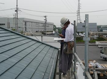 春日部市 太陽光発電システム オガワ 足場を組み立て、設置の前に下準備、打ち合わせを行います。