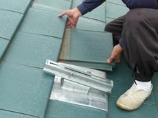 支持金具を補強板に取り付け、加工した瓦も取り付けます。 春日部市 太陽光発電システム設置 リフォーム