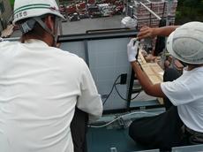 春日部市 太陽光発電システム設置 太陽電池パネルの電気配線をつなぎます。 リフォーム