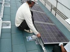 春日部市 太陽光発電システム設置 リフォーム 横桟に丁寧に固定します。