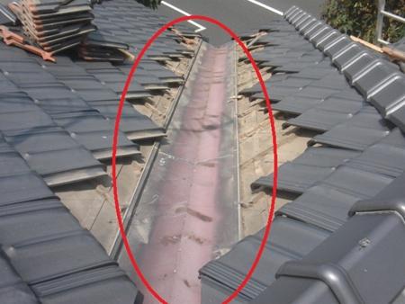 瓦用板金交換 春日部市 板金周辺の瓦を取り外し、新しい板金と交換します。 リフォーム