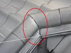 和型瓦・棟接合部 補修 こんな小さな隙間...こそ、あなどれないものです。 春日部市 修理