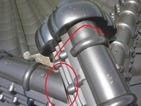 和型瓦・棟接合部 補修 雨漏りはしていなくても、瓦のズレに繋がることもあります。 春日部市 修理