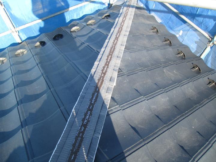 しっくいに替わる乾式自在面戸を使用します。従来のしっくいより軽量化になります。
