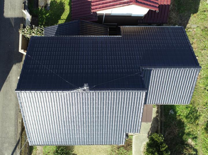棟工事、屋根塗装が完成しました。塗料はロックペイントのシャネツロックです。光沢のあるきれいな仕上がりとなりました。
