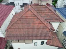 施工前の屋根の様子です。経年劣化がみられサビや苔の汚れもあります。
