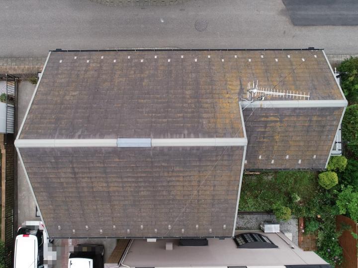 施工前の屋根の様子です。ドローンカメラにて確認させていただきました。
